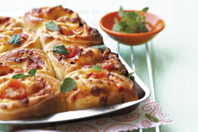 Voici une toute nouvelle façon de préparer de la pizza. Ces petits pains à la pizza faciles à réaliser font une délicieuse collation à servir à votre famille ou à vos convives lors d'une réception. Ils sont également parfaits pour un dîner rapide.
