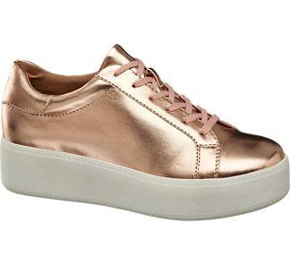 Metallic-Look liegt voll im Trend- Warum? Weil sich Gold und Silber zu allen Farben kombinieren lassen! Auch der Plateau Sneaker von #Deichmann für 27,90 € kann mit diesem Vorteil punkten. Der Schuh ist goldfarben gehalten und macht mit der Plateausohle mächtig Eindruck. Innen ist der Schuh mit hautfreundlichem Textilmaterial gefüttert.