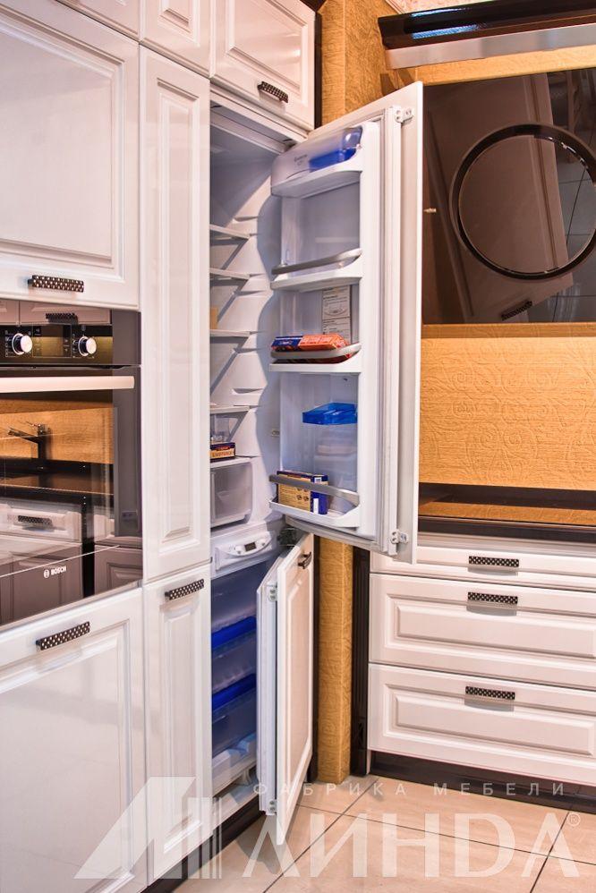 """Кухня угловая классика с пеналом """"Лигурия"""", МДФ ПВХ Белый глянец, Черный глянец / Пенал со встроенным холодильником"""