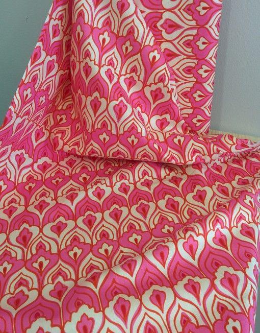 #Tela con #estampado de plumas de pavo real rosas diseño de #Alexander #Henry #DESIGN #fabric #DIY