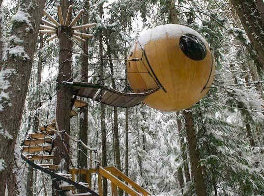 """Casa-árbol 'Eve' """"El concepto de la casa Spherical se inspira en la construcción de veleros y en los aparejos"""", así explica Tom Chudleigh su proyecto de esferas enganchadas a tres árboles en la Columbia Británica de Canadá. La decoración interior está abarrotada de elementos de ambiente náutico."""