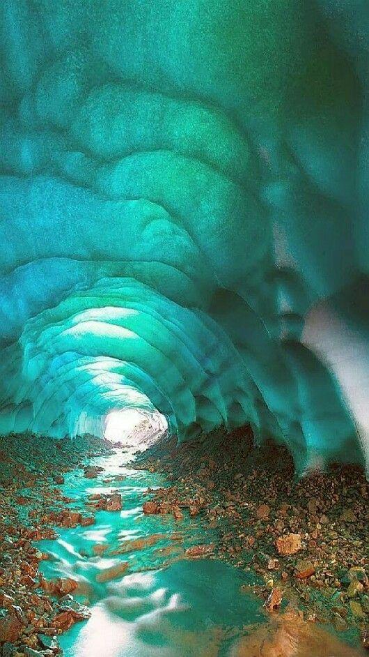 ▪ Llamadas Cuevas de Cristal, las cuevas de hielo en los glaciares de Islandia, son una Maravilla verdaderamente fascinante de la Naturaleza.