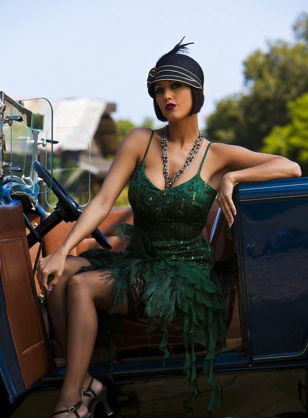 Flapper des années 20. La tenue parfaite pour une soirée à thème. Chapeau et plumes complètent la tenue.
