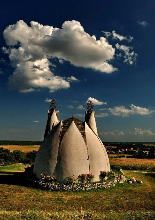 Joggal mondhatjuk, hogy országunk egyik legérdekesebb, legkülönlegesebb építészeti remekműve található Beremenden. A Megbékélés Kápolna építését 1993-ban kezdték és 1998-ban avatták fel, Pünkösdkor. Az ökomenikus kápolna felépülése több dolognak is köszön