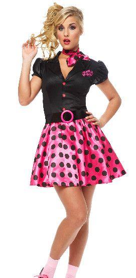saia rosa com bolinhas pretas,um cinto preto com um circulo rosa no meio,blusa preta de manga curta com botões rosa,um lenço rosa com bolhi...