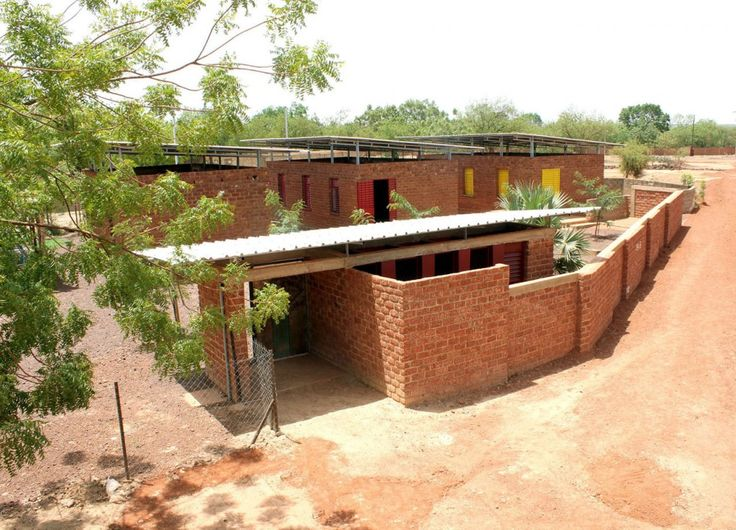 Escuela de Educación Infantil in Koudougou in Africa is one building that makes up the new cultural centre Le Village Laafi. The nursery uses a palette of laterite stone, concrete and a double metal roof. Sand, gravel and fruit trees offering shade make up the palette outside.
