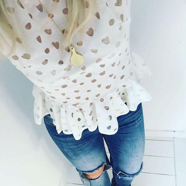 Elsker denne kombi af feminint og råt @stinegoyastudio @fiveunits #stinegoya #fiveunits #penelope #ripped #jeans #harmony #top #sirup #nyheder