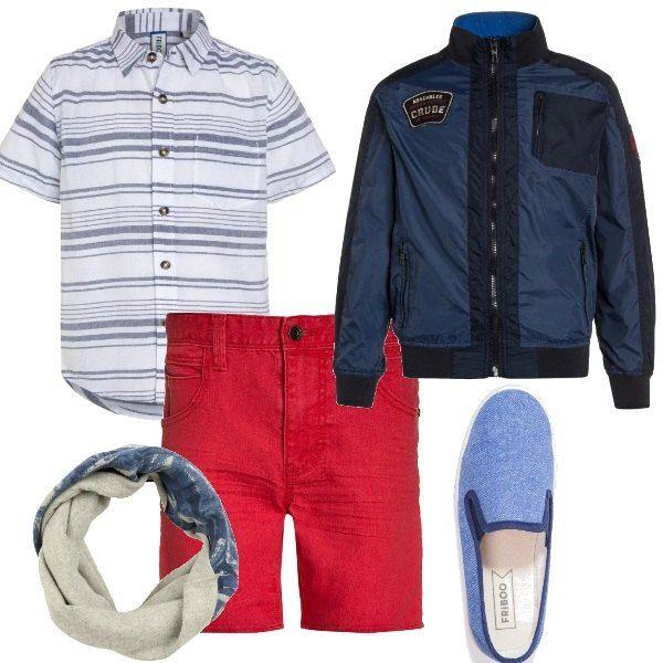 Camicia in cotone, a righe bianche e blu, con maniche corte e colletto classico, da portare fuori dai pantaloncini in jeans rossi. Giubbotto in diverse tonalità del blu, con collo coreano e stampa sulla schiena. Espadrillas in jeans blu e scaldacollo in cotone stampato blu.
