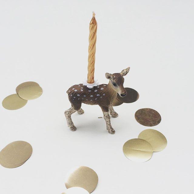 Our lovely little deer candle holder would look equally at home on a Xmas cake..... #thejellyrabbit #christmas #kidsparty #lolabeaudesign #glitter #gold ✨❄️