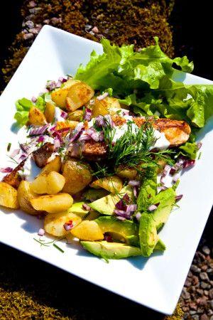 Lax med stekt potatis och avokado: 1. Dela potatis i mindre bitar. Hetta upp smör i en stekpanna och stek potatis med salt & peppar till fin yta. 2. Skiva upp avokado och hacka rödlök. Klipp dill och gräslök. 3. Pressa lime och krydda lax. Stek i stekpanna. Servera med sallad och en klick crème fraîche/kvarg. MyRecipe MyFood