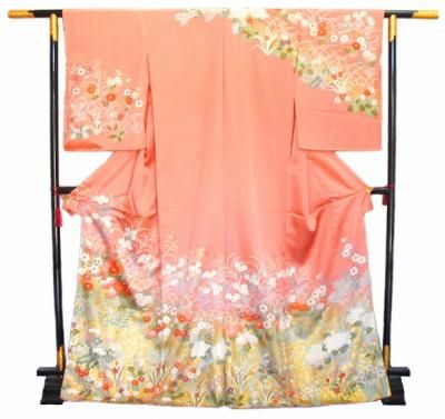 Homongi (訪問着): literally translates as visiting wear. Characterized by patterns that flow over the shoulders, seams and sleeves, hōmongi rank slightly higher than their close relative, the tsukesage. Hōmongi may be worn by both married and unmarried women; often friends of the bride will wear hōmongi at weddings and receptions. They may also be worn to formal parties.