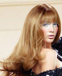 Mark Segal für L'Oréal Professionnel, - Haare: neue Schnitte und Frisuren, Frühling Trends 2008 - Ein extrem weiblicher Schnitt, mit einem feinen Pony, der sinnlich über die Augen fällt. Die Strähnen werden einzeln mit dem Silky Sunrise Spray von Playball fixiert. Die...