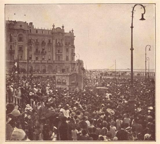 """Rimini 1925  Folla al corso dei fiori 1925. Il piazzale del Grand Hotel in una fotografia in """"Perle, rivista estiva della spiaggia di Rimini"""" diretta da Beppe Massani"""