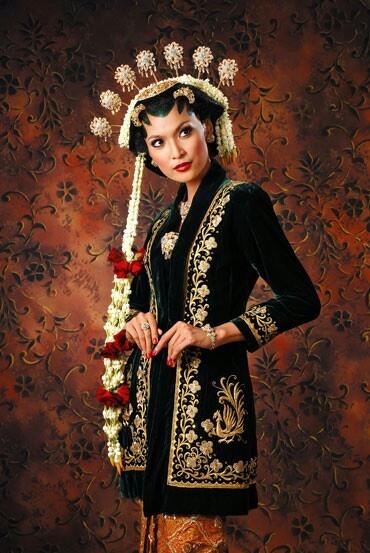 Kebaya pengantin Jawa klasik.