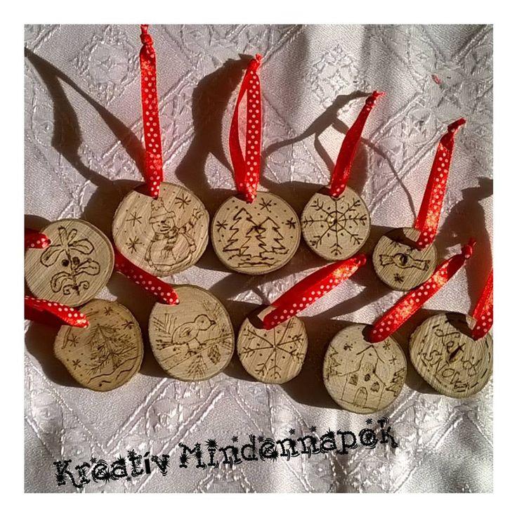 Mini fakorongok pirogravírozva. Karácsonyfadíszek.