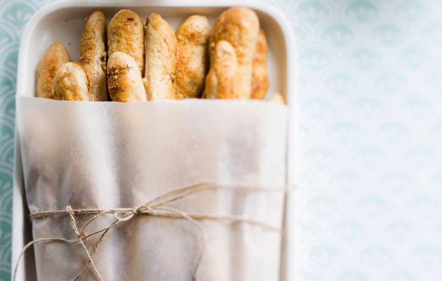 Rapeat leipätikut sopivat illanistujaisiin, juhlien noutopöytiin ja salaatin seuraksi. Parmesaani ja yrtit tuovat uudenlaisen säväyksen klassikkoon.