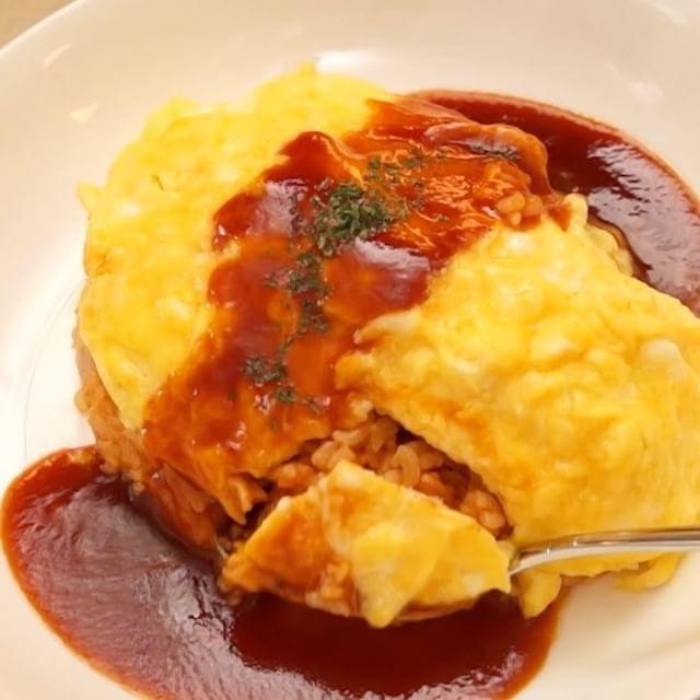 『卵ふわふわソース濃厚♡デミグラスソースオムライスの作り方』 とろとろ濃厚なオムライスをご紹介! 優しい食感で体も心もホッとします♪ #デミグラスソースオムライス はランチにぴったりなレシピです!  材料 (1人分) ■ケチャップライス ・ごはん  150g ・鶏もも肉  30g ・玉ねぎ  1/4個 ・サラダ油  小さじ1 ・ケチャップ 大さじ2 ・塩こしょう 少々 ■ソース ・ケチャップ 大さじ2 ・中濃ソース 大さじ1 ・砂糖  大さじ1 ・コンソメ  ひとつまみ ・酒  大さじ1 ・バター  10g ■その他 ・卵  2個 ・牛乳  大さじ1 ・塩  ひとつまみ ・バター  大さじ1  手順 1. 玉ねぎをみじん切り、鶏肉は1cm角に切る 2. フライパンにサラダ油を熱し、玉ねぎ、鶏肉を炒める 3. 肉の色が変わったらごはんを入れてほぐすように炒める 4. ケチャップ、塩こしょうを加えて炒め合わせ、器に盛る 5. ソースの材料を小鍋にあけ、煮詰める 6. ボウルに卵を割り入れ、牛乳、塩を入れて混ぜる 7. フライパンにバターを熱し、6を流し入れる…