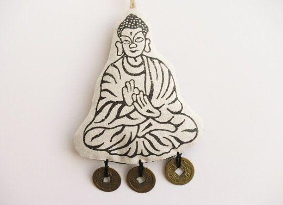 Décoration Feng Shui Buddha originale rustique, de Rat de Ganesha, imprimé à la main en noir sur le tissu de coton blanc cassé, écru et agrémenté de pièces en laiton-Ching. Il s'agit d'un ornement de Feng Shui propice qui fait un beau cadeau. Pas de deux ornements qui soient identiques, chacune est unique.  Imprimé à la main avec le bloc de bois sur écru pur coton. Soutenu avec indien en coton imprimé à la main, le positionnement du motif de varie et légèrement rembourré avec de l'ouate…