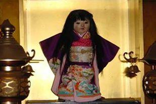 Okiku la bambola si trova in un tempio in Giappone e si pensa contenga lo spirito di una bambina.
