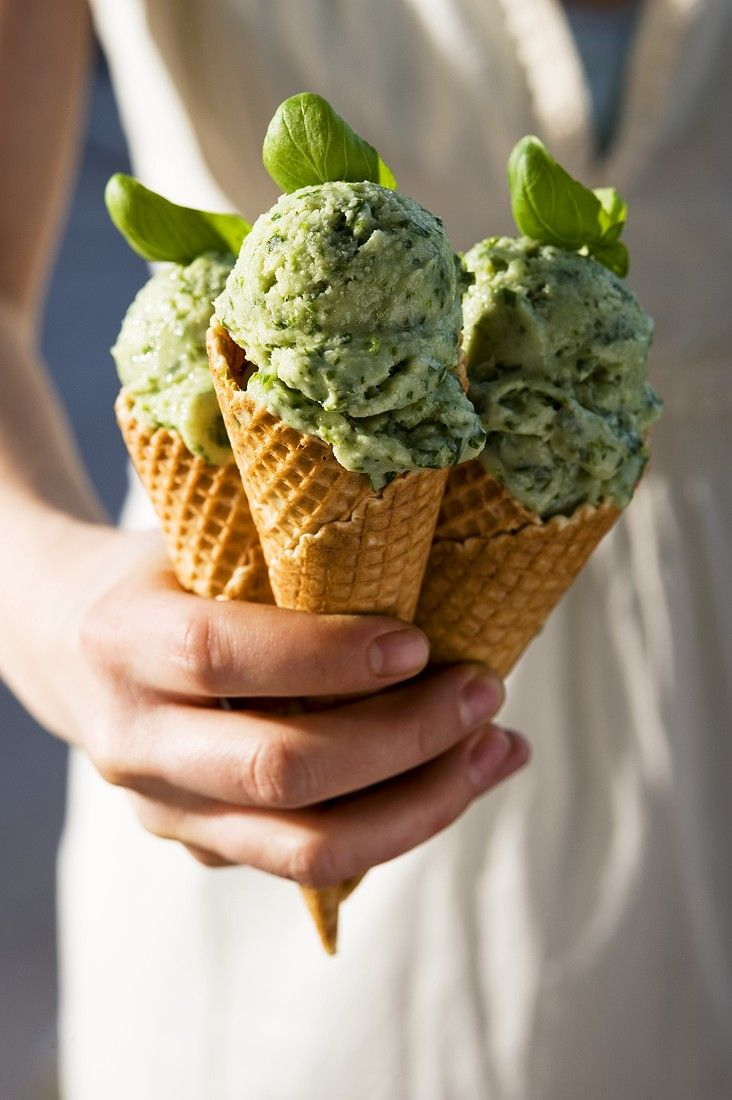 Basilikum-Joghurteis | http://eatsmarter.de/rezepte/basilikum-joghurteis
