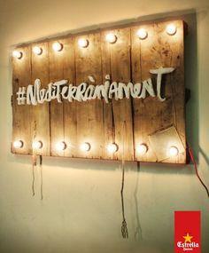 cartel madera con bombillas campaña mediterraneament Estrella Damm