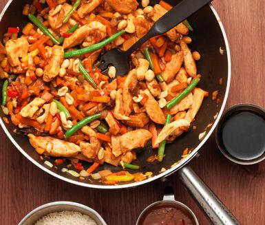 Enkel, men lyxig, vardagsmat får du med detta recept på wok med kyckling, grönsaker, sweet chili och jordnötter. Kycklingwoken är robust och smakrik. Du serverar den med ris.