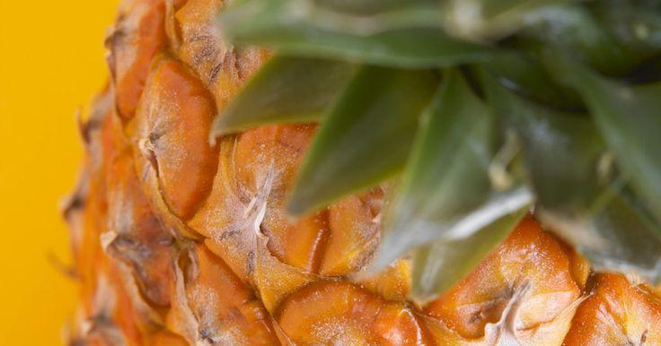 Cómo hacer jarabe de piña. El jarabe de piña se hace agregándole jugo de piña a un jarabe simple e hirviéndolos juntos. Aunque no es un sabor de jarabe muy común, puede servirse en panqueques, sobre helado, en bebidas mezcladas o con cualquier cosa con la que típicamente se disfruta el jarabe saborizado. Esta receta rinde aproximadamente seis pintas de jarabe de piña.