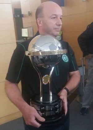 Chape ganha réplica de taça da Sul-Americana. CBF crê em título oficial