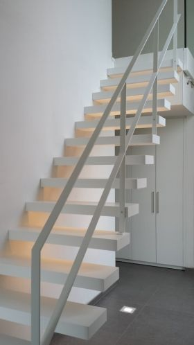 Moderne open trap met stalen leuning