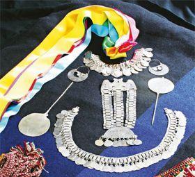 traje tipico mujer zona central  chileno | Las joyas de plata son unos de los elementos más característicos de ...