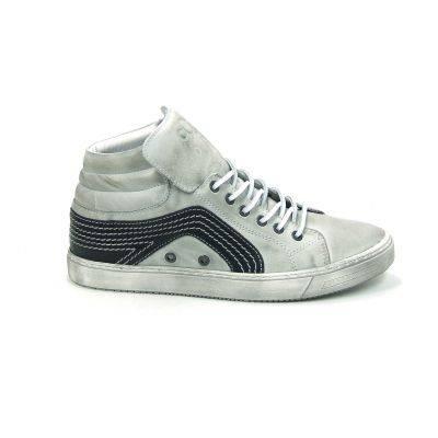 Mooie laarzen van het merk Aqa, model A1841! Uitgevoerd in gebroken wit glad leer in combinatie met zwart leer met opvallende witte stiksels. De tong kan zowel naar binnen als naar buiten gedragen worden voor een stoer effect, met een groot logo van Aqa op de tong. Deze gympen worden gesloten met een leren veter. Deze herenschoenen zijn helemaal van leer met een stevige rubber zool. Nu online te bestellen via Shoehoo.nl
