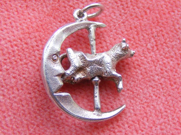THE COW JUMPED OVER THE MOON - THE COW SPINS AROUND  This charm weighs 2.9g and is approx. 2.0cm in length.