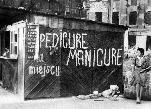 Budka na placu Trzech Krzyży, 1945 r. Na zdjęciu fotografka Maria Chrząszczowa - obie artystki dokumentowały odradzającą się po wojnie Warszawę