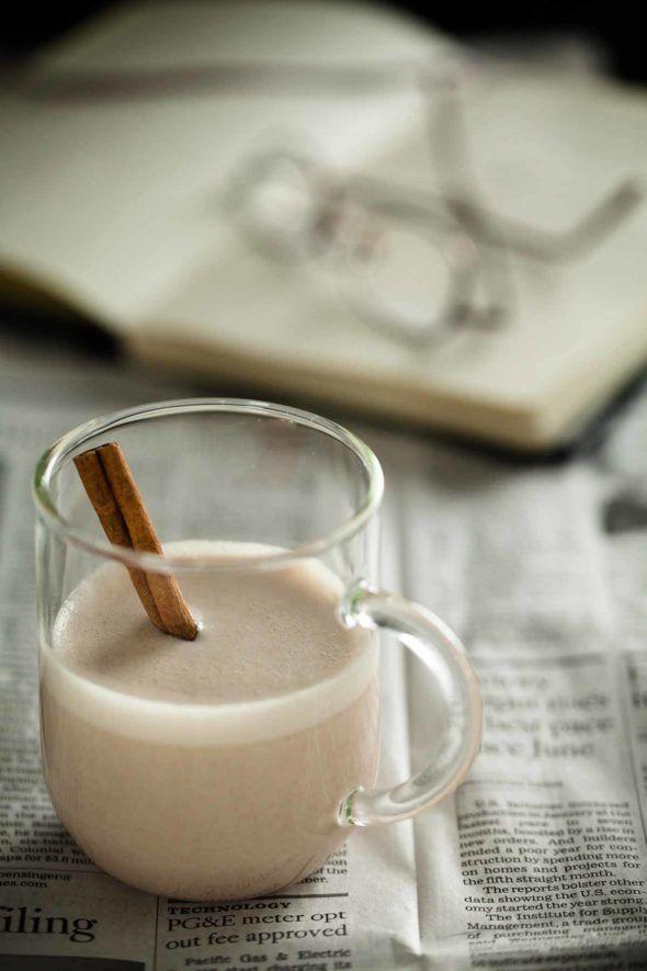 КЕШЬЮ-¼ чашки / 28g органические кешью (пропитанные 8 часов или в течение ночи в холодильнике в воде)  ½ чашки / 40g несладкие тертый кокосовый орех  1 большая дата мягкой Medjool (яма удалена)  1-дюймовый кусок свежего имбиря, очищенный и тертый  1 чайная ложка. хорошее качество корицы  1 чайная ложка. ванильный экстракт или половина ванили Царапины  2 чашки / 480ml горячей воды (не кипящей)  1 унция. темный ром (по желанию)  Тертый мускатный орех или более корица,