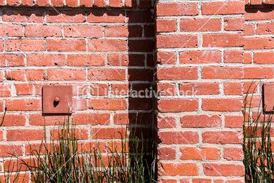 Ceglasta czerwień. Zieleń wiosennej trawy. Ładne Architektura vs. Natura #środowisko #ściana #cegły #ziekeń #wiosna #słońce #kolory #InteractiveStock