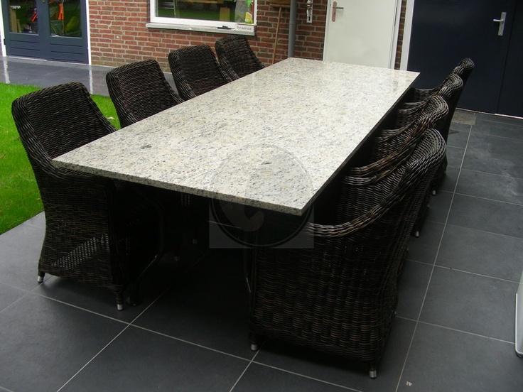 Degelijke granieten tuintafel inclusief stoelen