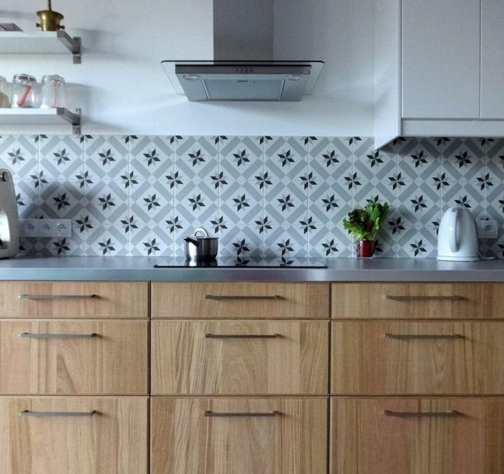 crédence en carreaux de ciment gris et plan de travail cuisine métallique