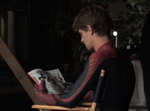 andrew garfiled reading spiderman comic on the set of the amazing spiderman.