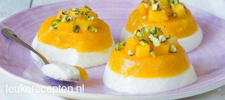 Lekker fris toetje: panna cotta van kwark en mango uit een muffinvorm