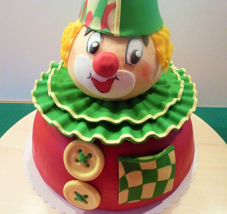 Zu Alaaf und Helau – eine passende Clown Torte !!!  Für eine Einladung zu einer Karnevalsparty brauchte ich natürlich auch die passende Clown Torte. Lange habe ich nach Clown-Torten bzw. Karnevalstorten im Internet geschaut, um mir ein paar Anregungen zu holen. Aber irgendwie war das alles nicht so wie ich mir das vorgestellt habe. Also musste jetzt mal etwas anderes her. Und dabei ist dann, wie ich finde, ein süßer Clown im wahrsten Sinne des Wortes entstanden :-)
