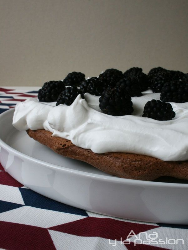 Since it is Australia day today it is time to share this creamy Chocolate pavlova cake :) by Ana y la passion #australiaday #chocolate #pavlova #cake