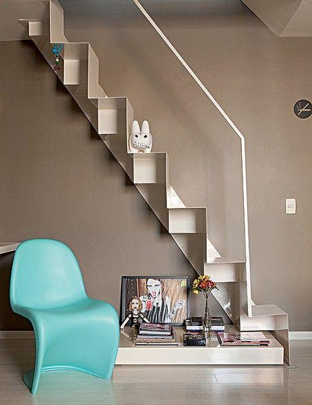 No apartamento do arquiteto Mauricio Karam, a antiga escada caracol deu lugar a outra mais estreita, com degraus alternados. Sob ela, fica u...