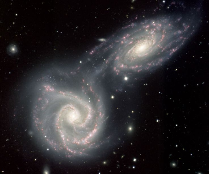 ¿Cuál será la forma final tras la colisión de estas galaxias? (NGC 5426 y NGC 5427). No lo sabemos. Generalmente una galaxia suele ser mucho mayor que la otra, y estas son similares. Sin embargo, durante los próximos millones de años es muy poco probable que se produzcan colisiones entre sus estrellas... #astronomia #ciencia