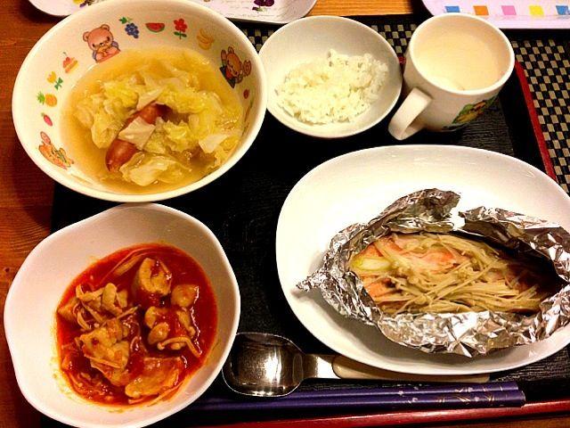 夕飯お腹いっぱい(๑◠ܫ◠๑) - 8件のもぐもぐ - 鮭のホイル焼き、鳥肉のトマト煮、キャベツスープ by ちぃ