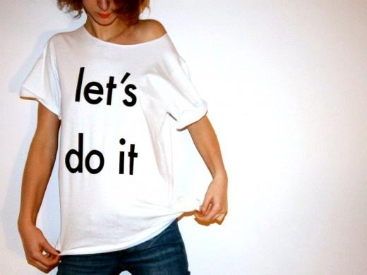 shameless t-shirt 100% bawełna   kolor biały (na zdjęciu rozmiar M)    unisex     wymiary   S : 71cm X 46cm   M : 71cm X 51cm   L : 73cm X 54cm     rozmiar XL na specjalne zamówienie