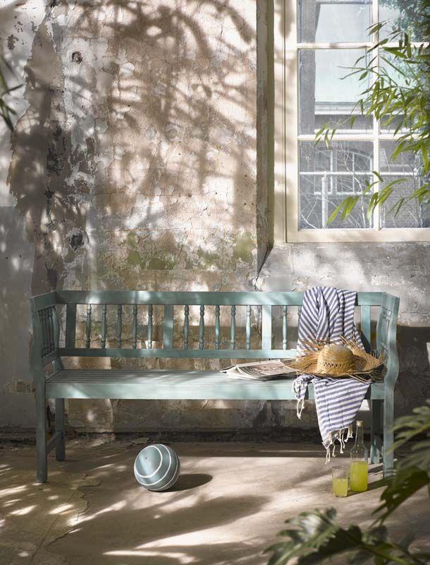 KARWEI |Op zo'n bankje in de voor- of achtertuin kun je heerlijk genieten in de zon. #karwei #tuin #tuinmeubels
