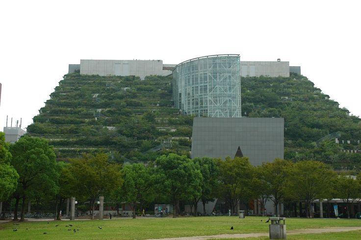 アクロス福岡。 .  様々な用途が入った複合施設です。 .  敷地の南側にある公園から連続して、 緑の山のようになっています。 .  ちょうど、 グリーンのカーペットが持ち上がって、 その下に建物がはいっているような感じ。 .  それでは、 公園の反対側、大通りに面した方は、 どんな感じになっているか、というと、 ガラス張りの、全く別の表情。 .  こちらは、 街の雰囲気に合わせているのでしょうか。 .  実は、 出来上がってすぐの頃に、 一度観に行ったことがあったのですが、 その時には、まだ、 ...