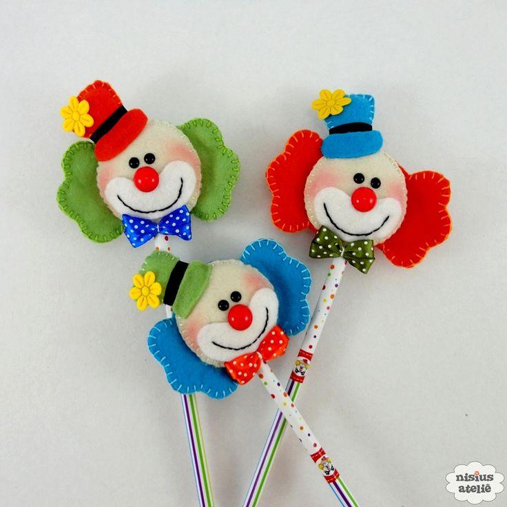 Lápis ou caneta com ponteira decorado com um palhaço feito em feltro bordado à mão.