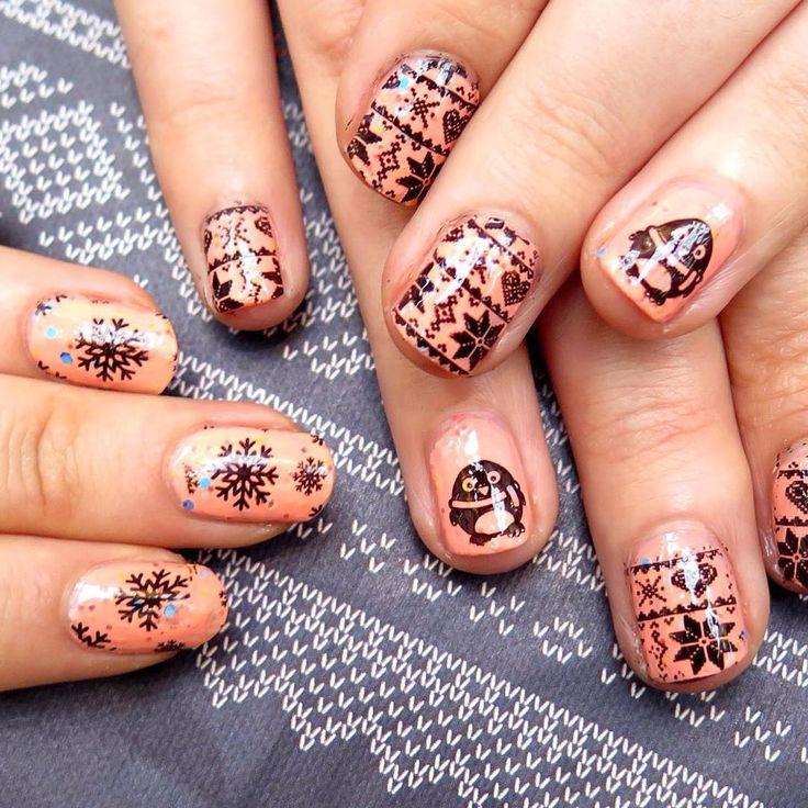 """""""Friendsie nails z przyjaciółką ❤️Zimowe paznokcie stemplowane z płytki #blueberry03, w sam raz na mroźne dni. Tylko gdzie jest śnieg? #friendsnails…"""""""
