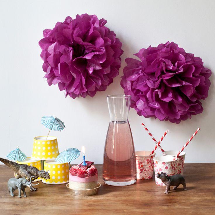 Pour donner de la couleur à une fête d'anniversaire, pourquoi ne pas réaliser ces pompons de soie, très à la mode en ce moment. Vous pouvez varier les formes et les couleurs afin de créer une composition colorée. Découvrez comment réaliser ces pompons.